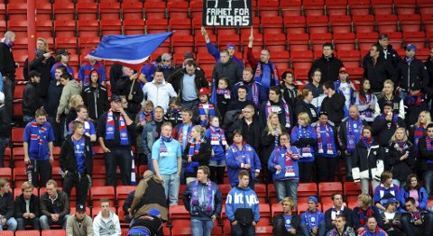 VIF-supporterne i sving på Brann stadion i kveld.