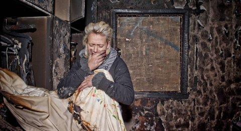 Gunn-Elin Skaar sier hun ikke har noe sted å dra, derfor bor hun i den utbrente leiligheten.