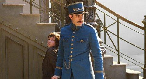 MAGISK: Hugo fanges av den strenge stasjonsinspektøren (Sasha Baron Cohen).