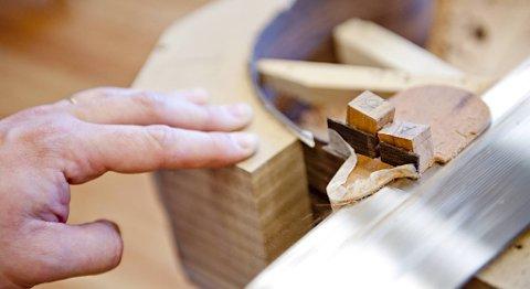 Nøye utskjæring med komponenter laget fra bunn av. Detaljene er viktige i gitarbygging.