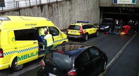 Mannen lå nede på asfalten mens han fikk behandling av helsepersonell.