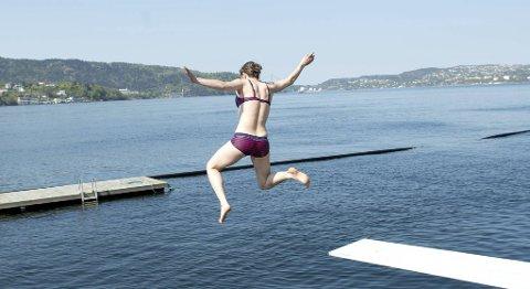Gunhild Hofstad (32)  tok årets første bad tirsdag i nydelig vær på Nordnes Sjøbad.