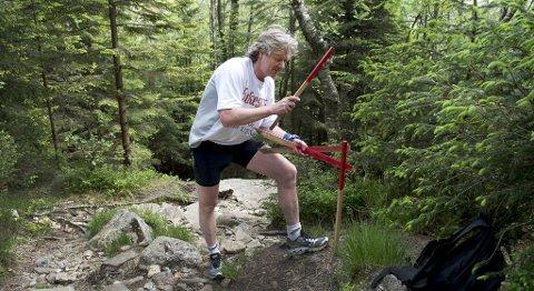 Torbjørn Kaland er frivillig i Bergen Turlag. Fredag merket han deler av løpyene på Lyderhorn før søndagens 7-fjellstur.