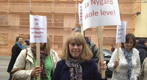 Sissel Natvig Hansen demonstrerte mot nedleggelsen av Nygård skole uten for bystyresalen mandag.