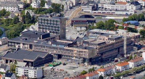 Den nye Høgskolen på Kronstad har slett ikke plass til alle elevene.