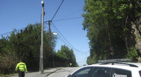 En lyktestolpe er knekt i to etter at en lastebil har dradd med seg flere ledninger i Morvik.