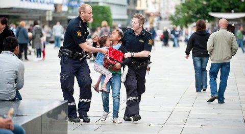 Slik så det ut 13. juli i fjor da rumener-barna ble tatt inn til barnevernsvakten. I sommer ble barnas foreldre fengslet for å ha utnyttet barna, men Høyesterett har nå bestemt at det var riktig å slippe dem ut igjen.