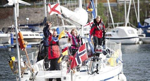Linn Therese Solend Otterbu, Eirik Otterbu og Eirin Helvik (skjult) skal seile jorden rundt i løpet av det neste året. Eiriks sønn Sondre (14) og datteren Sofie (12) skal være med på de første fire ukene av seilaset.