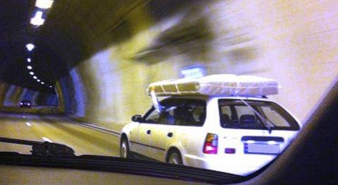 Denne bilen ble fotografert i Fløyfjellstunnelen mandag ettermiddag. - Slikt vil vi ikke ha på veiene, sier politiet.