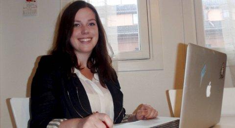 Elisabeth Tellefsen (27) fra Åsane forsøker å skille seg ut i mengden av jobbsøkere og har laget et kreativt visittkort hun deler ut til potensielle arbeidsgivere.