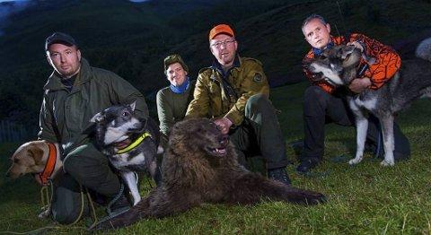 Denne gjengen skjøt bjørnen. Fra venstre: Tore Jansen, Geir Arne Evanger, Olaf Opgaard og Kjell Arne Henriksen. Foto: Ørjan Bertelsen, Nordlys