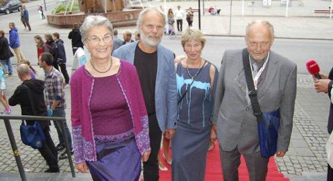 Folk ved fjorden-gjengen vant Amanda-prisen for beste dokumentar. Medvirkende Magnhild Dyrdal og Ole Hjelmås. Regissør Øyvind Sandberg og hans kone og medprodusent Jorun Botne.