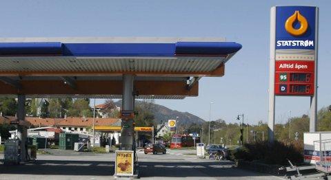 Filip Rygg vil ha elbil-lading på bensinstasjonene. Statoil sier ikke nei. (OBS! Bildet er manipulert).