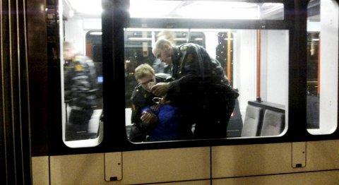 Politiet ventet til bybanevognen ble tømt, før de gikk inn og pågrep mannen som hadde vært truende på Nesttun senter. Pågripelsen fant sted på bybanestoppet i Byparken klokken 17 fredag.