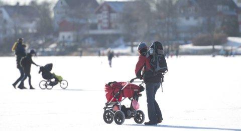 Søndag 10. februar var mange ute og koste seg på isen på Tveitevannet. Der er isen nå trygg, ifølge Grønn etats målinger.