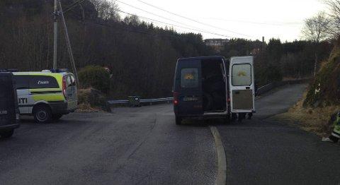 Her er de to mennene nettopp stoppet og pågrepet i varebilen på Kolltveit.