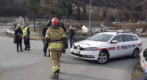 Politi og brannvesen i aksjon utenfor Øyrane Torg etter bombetrusselen 6. mars i år.