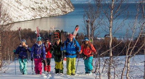 Ekstremsportutøvere seiler Nord-Norge rundt i NRK-serien. Her er de på vei til en ny topp.