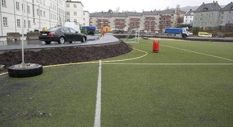 Helse Bergen har laget en vei over fotballbanen. Det vekker forbauselse hos europeiske fotball-nettsteder.