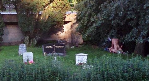 Paret var til åpenbar sjenanse for de andre som var på kirkegården, forteller leseren.