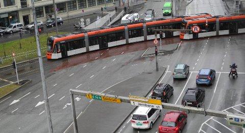 Bilene må stoppe for Bybanen i Vestre Strømkaien, men biltrafikken i sentrumskjernen har vært stabil eller vært svakt avtagende siden lenge før Bybanen kom på sporet.