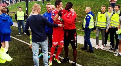 Stéphane Badji (24) måtte holdes tilbake av lagkamerater. BA understreker at personene på dette bildet ikke har noe med rasismen og apelydene å gjøre.