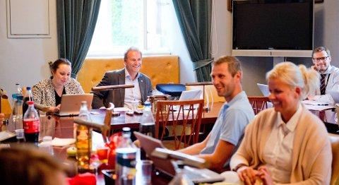 Dette bildet av blant andre Charlotte Spurkeland, Dag Skansen og Anette Strand ble tatt like før gruppemøtet i Høyre onsdag kveld.
