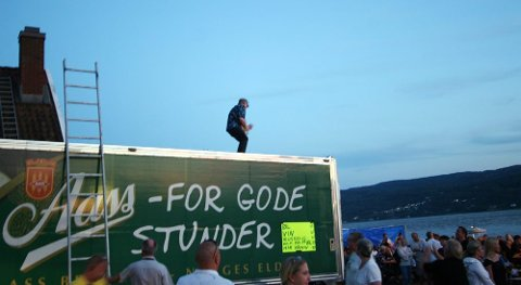 Så var det klart for Drøbak Blues Band -show på taket av bryggeribilen.