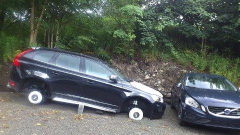 Bilene som er frastjålet dekk, har blitt satt på blokker og har fått store skader på understellet.