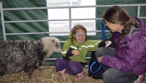 DYR I GATA: - Se, den elsker meg, ler Susanne Schelderup Olsholt til mamma Ariane Schelderup. Fem spælsauer fra Hoel Vestre var å finne i Wergelandsgata lørdag.