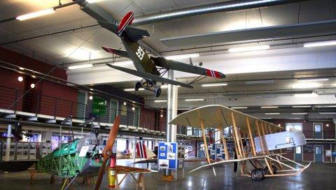 100 ÅR: Kjeller flyplass er 100 år. I lageret mellom småflyhavna og Forsvaret finner du KFFs utstilling om flyplassens 100-årige historie.