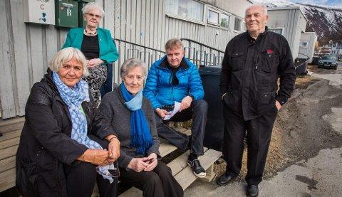 engstelige: De eldre beboerne på Otium er engstelige fordi de ikke får vite hvor de skal flytte når boligene deres skal rives. Fra venstre: Paula Olaisen (75), Hanna Lauritsen (89), pårørende Knut Johansen og Birger Hansen (81). Bak: Dagny Johansen (92).
