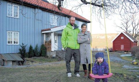 Rune Hjortnæs, Renate Winther Ravnaas og lille Eira bor fritt og fint på den gamle Ruudgården.