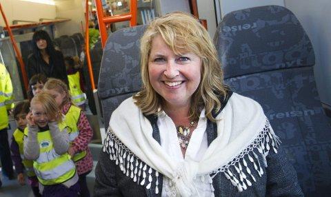 DEN NYE HVERDAGEN: Mari Bragstad i NSB tror ikke det blir vanskelig å selge inn de nye togsettet til kundene på Romerike. Selv kjører hun daglig toget mellom Eidsvoll og Oslo. Det nye 74-settet har universell utforming og er mye mer effektive enn de togsettene NSB kjører rundt med i dag. BEGGE FOTO: ROAR GRØNSTAD