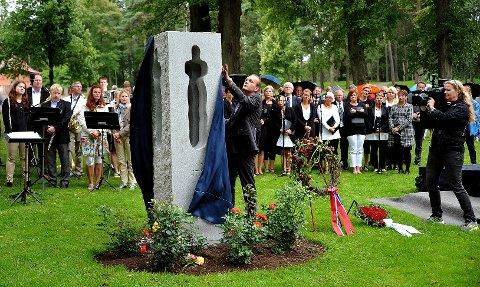 Ordfører Sindre Martinsen-Evje avduket minnesmerket for 22. juli-tragedien under en egen seremoni i kirkeparken søndag kveld. Samtidig holdt han en tale, som du kan lese i sin helhet her. (Foto: Jarl M. Andersen)