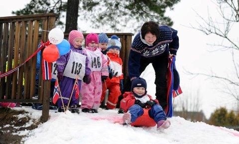 Mikkel Rambekk og de andre barna var strålende fornøyde med OL-dagen i Tirilltoppen barnehage tirsdag. Sidsel hjelper til med starten, mens Ebba, Marie, Ludvig og Ole Kristian står og venter på tur.