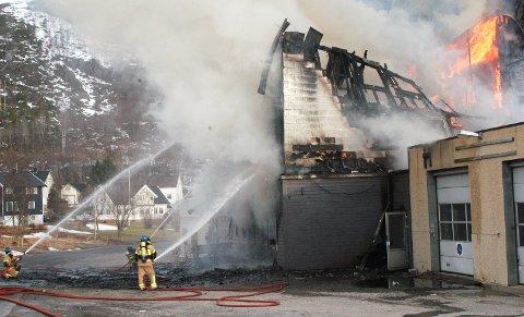 Fire personer ble sendt til sykehus da Sjøveien 50 i Lødingen ble totalskadet av brann fredag morgen. Bygningen ble brukt av Lødingen mottakssenter til å huse asylsøkere.