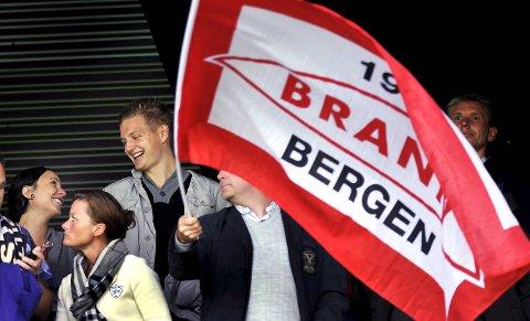 Brann og Erik Huseklepp er enige om kontrakt.  Her er Huseklepp sammen med forloveden Stephanie Hassani fra kampen mot Stabæk i juli i fjor. (Arkivfoto)