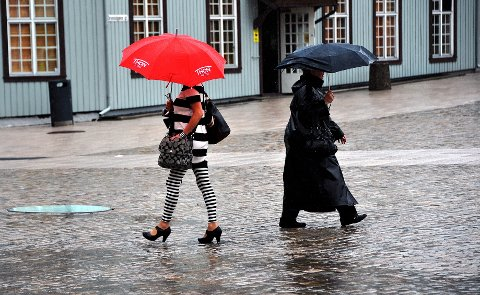 Fredag regner det godt i Sarpsborg. Heller ikke lørdag og søndag vil vi oppleve det store sommerværet lokalt, men lørdag kan vi få perioder med sol her, ifølge meteorolog Arild Mentzoni.