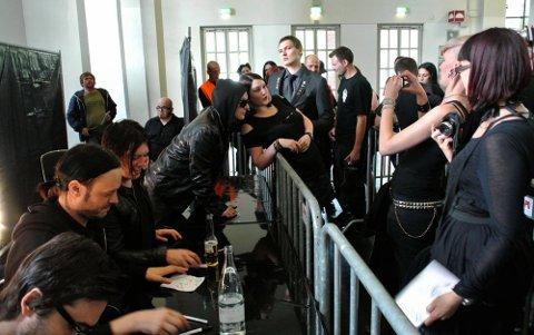 Musikkfestivalen Amphi Festival i K?ln i Tyskland. Det var mange fans som ville møte Apoptygma Berzerk.