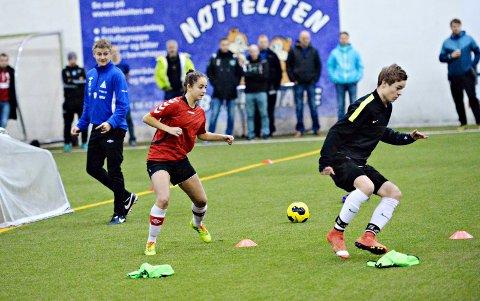 Ole Gunnar Solskjær fulgte nøye med da Julie Belden Rasmussen, Johan Grønseth og de andre trente i Nordvesthallen onsdag.