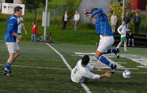Det var mange tøffe dueller, blant annet denne med Ali Darisiro, da Mysen tapte 0-2 for Sparta på hjemmebane.