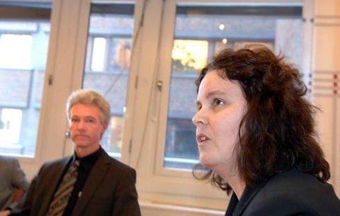 Helse- og omsorgsminister Sylvia Brustad lover at jakten på smittekilden skal intensiveres, her sammen med direktør Geir Stene-Larsen ved Folkehelsinstituttet.