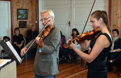 Læremester: Arve Tellefsen og Karina Kosjanenko i samspill i Bondehuset lørdag, der Tellefsen villig ga sine gode råd til lokale fiolinspillere.