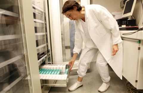 LAGER: Overlege Mirjana Arsenovic foran UNNs lager med koagulasjonsfaktor til mennesker med blødersykdom.