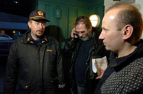 EVAKUERT: Egil Steffensen (til høyre) med familie var blant de ni som måtte evakueres. Her sammen med lensmann Bertil Ovesen og teknisk sjef Hans Petter Haukø.