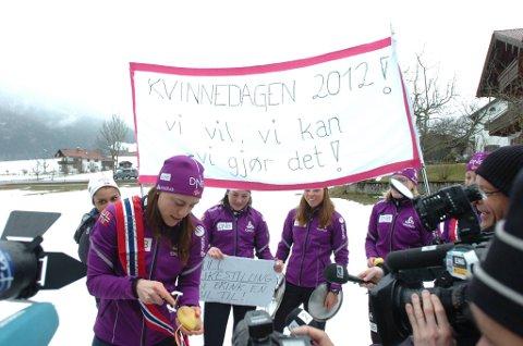 Synnøve Solemdal og resten av skiskytterjentene markerte kvinnedagen i Ruhpolding.