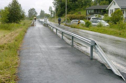 TRAFIKKSIKKER STUBBE: Dette er gangvegen mellom Vange bru og Seljestokkane, opparbeidinga skulle ikkje kosta Vik kommune noko som helst.