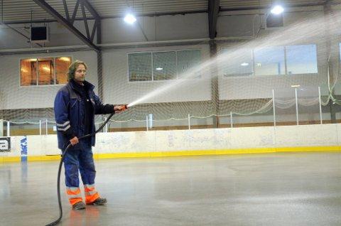 STORE FLATER: Kåre Strømstad og de andre banefolkene i Sparta Amfi bruker en del timer med vannslagen for å få is i hallen.