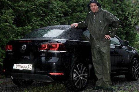 Sommeren har ikke vært cabriolet-vennlig så langt, noe en våt Benny Christensen bekrefter.